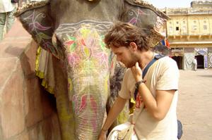 Goura Nataraj com um elefante na Índia