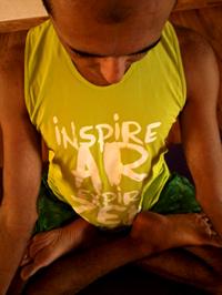 Cristiano Bezerra em padmasana na sala de Yoga do Ar+Zen. Foto por Ana Lorena Magalhães em 2013.