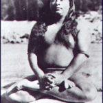 Paramahansa Yogananda (1893 - 1952) em padmasana, a postura da flor de lótus