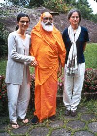 Drª Ana Maria, Swami Dayananda e Gloria Arieira