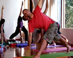 Pedro Kupfer ministrando aula na Formação em Yoga em Mariscal, SC