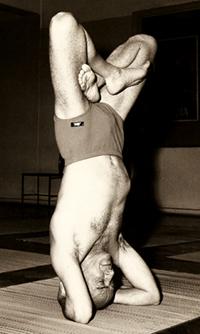 Professor Hermógenes em padmasirshasana na década de 1960