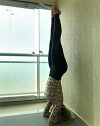 Aluna Fabíola em sua aula de Yoga em casa em dezembro de 2017. Foto por Cristiano Bezerra.