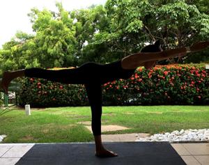 Aluna Raquel em sua aula de Yoga em casa em março de 2017. Foto por Cristiano Bezerra.