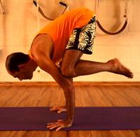 Cristiano em bakasana, a postura do corvo, na sala de Yoga do Ar+Zen. Foto por Ana Lorena Magalhães