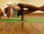 Cristiano Bezerra em ashtavakrasana na sala de Yoga do Ar+Zen. Foto por Marília Romano em 2013.