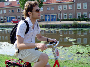Goura Nataraj (Jorge Brand) em sua bicicleta