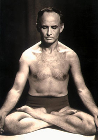 Professor José Hermógenes em padmasana na década de 1960