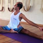 Cristiano Bezerra em preparatório do janusirshasana na sala de Yoga do Ar+Zen. Foto por Ana Lorena Magalhães em 2013.
