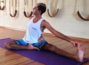 Cristiano Bezerra em preparatório do janusirshasasana na sala de Yoga do Ar+Zen. Foto por Ana Lorena Magalhães