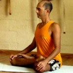 Cristiano Bezerra em padmasana na sala de Yoga do Ar+Zen. Foto por Cristiane Brito em 2013.