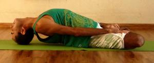 Cristiano em matsyasana, a postura do peixe, na sala de Yoga do Ar+Zen » foto por Ana Lorena Magalhães