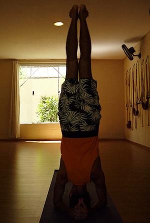 Cristiano em sirshasana, a postura sobre a cabeça, na sala de Yoga do Ar+Zen » foto por Ana Lorena Magalhães
