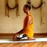 Cristiano Bezerra em vajrasana na sala de Yoga do Ar+Zen. Foto por Cristiane Brito em 2013.