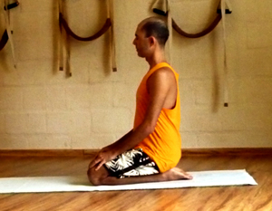 Cristiano em vajrasana, a postura do diamante, na sala de Yoga do Ar+Zen. Foto por Cristiane Brito