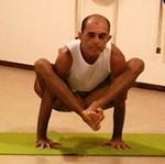 Cristiano Bezerra em bhujapidasana na sala de Yoga do Espaço Núcleo Sol. Foto por Paola Marques em 2014.