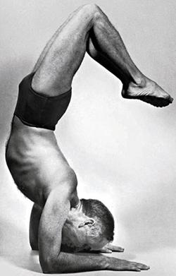 Professor Hermógenes na década de 1960 em vrishkasana, a postura do escorpião