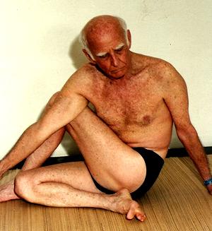 Professor Hermógenes em ardhamatsyendrasana na década de 1990