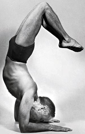 Professor Hermógenes em vrishkasana, a postura do escorpião, na década de 1960
