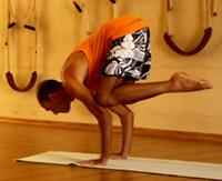 Cristiano Bezerra em bakasana na sala de Yoga do Ar+Zen. Foto por Ana Lorena Magalhães em 2013.