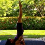 Aluna Raquel em sua aula de Yoga em casa. Foto por Cristiano Bezerra em abril de 2017.