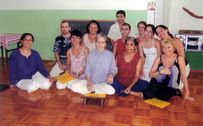 Estudantes de Vedanta em Fortaleza com a Profª Gloria Arieira em maio de 2007