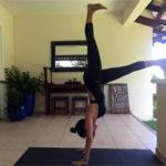 Aluna Raquel em sua aula de Yoga em casa. Foto por Cristiano Bezerra em maio de 2017.