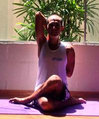 Cristiano Bezerra em gomukhasana na sala de Yoga do Ar+Zen. Foto por Ana Lorena Magalhães em 2013.